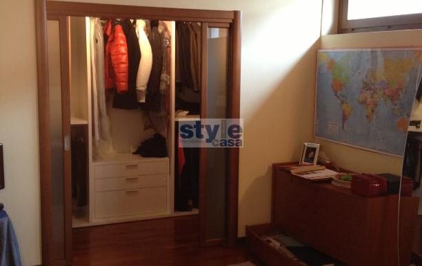 camera matrimoniale con cabina armadio con logo