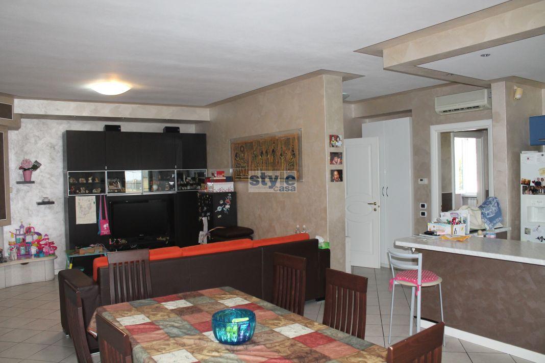Flero appartamento e laboratorio magazzino immobiliare for Soggiorno con cucina a vista