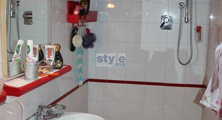 bagno-con-doccia-con-logo