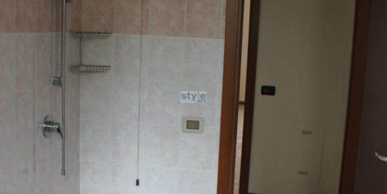 bagno con doccia con logo